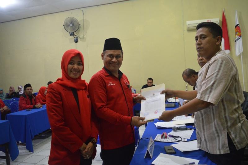Ketua dan Sekretaris DPC PDIP Magetan Terima Tanda Bukti Dari KPU Magetan.