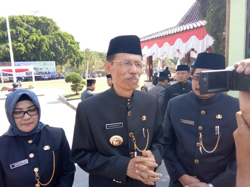 Suprawoto, Bupati Magetan Memberikan Keterangan Kepada Wartawan.