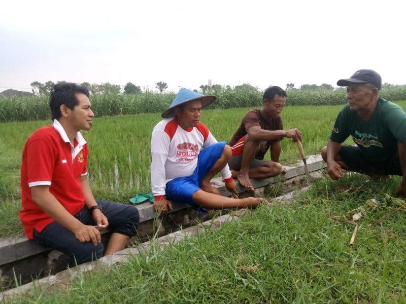Sang Widhi Subroto ( Kaos Merah) Cangkrukan Dengan Warga. ( Ist For Magetan Today)