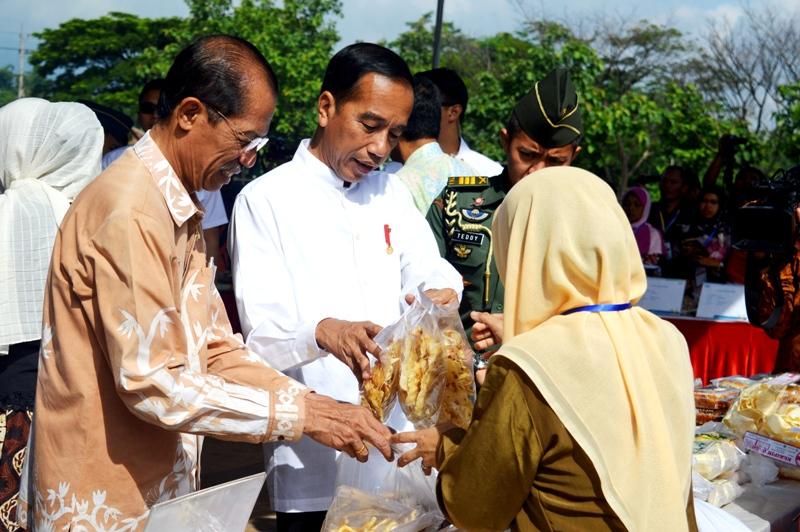 Bupati Magetan, Suprawoto Mendampingi Presiden Jokowi Membeli Makanan Ringan Hasil UKM Warga Magetan. (Norik/Magetan Today).