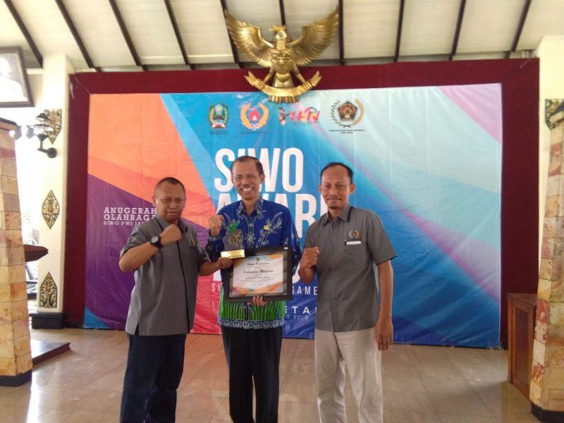 Wakil Ketua PWI Jatim Bidang Kerjasama, Lutfil Hakim Serahkan Penghargaan Kepada Bupati Magetan, Suprawoto, Jumat ( 22/3).