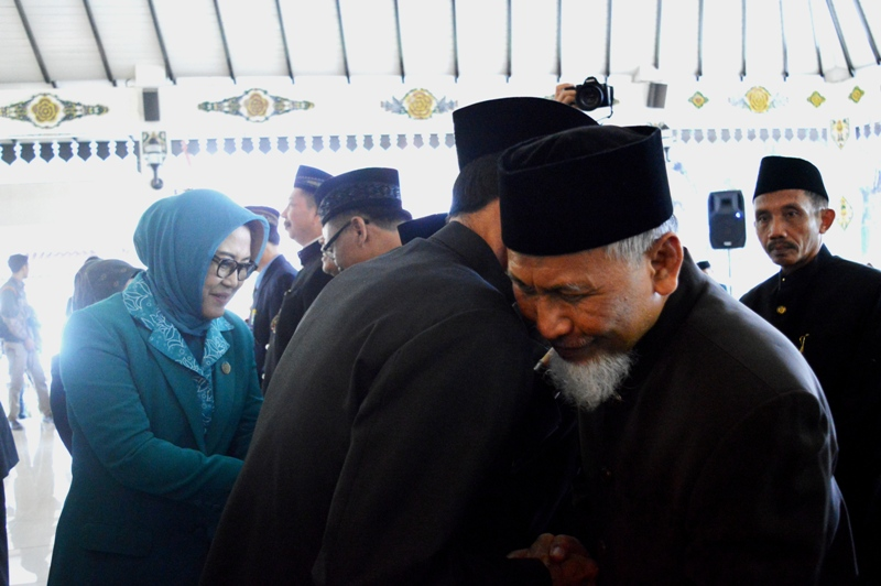 Bupati Magetan, Suprawoto, Memeluk Catur Widayat, Direktur RSUD dr Sayidiman Magetan. ( Norik/Magetan Today)