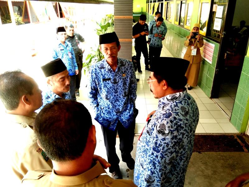Bupati Magetan, Suprawoto, Didampingi Sekda dan Kepala Dikpora Magetan Sidak UNBK di SMPN 3 Maospati. (Norik/Magetan Today)
