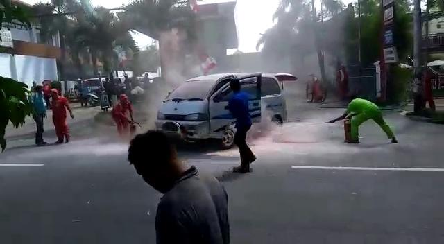 Pegawai SPBU Selosari Berusaha Memadamkan Api Yang Membakar Daihatsu Espass. ( Norik/Magetan Today).