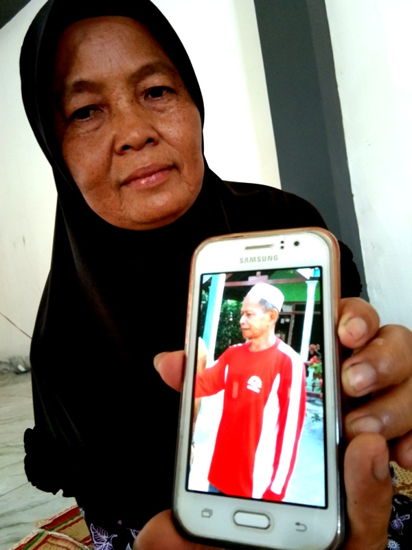 Istri Almarhum Radi Boniran, Sarmini, Menunjukan Photo Suami Tercinta Semasa Hidup. ( Norik/Magetan Today)
