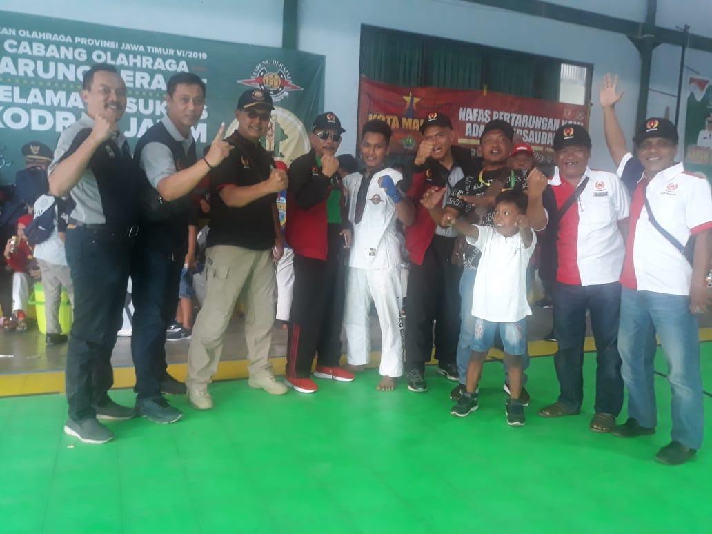 Ketua KONI Magetan, Sofyan, Bersama Peraih Medali Emas Cabor Tarung  Derajat, Sandy Agustian Ade Pratama serta Official. ( Ist For Magetan Today)