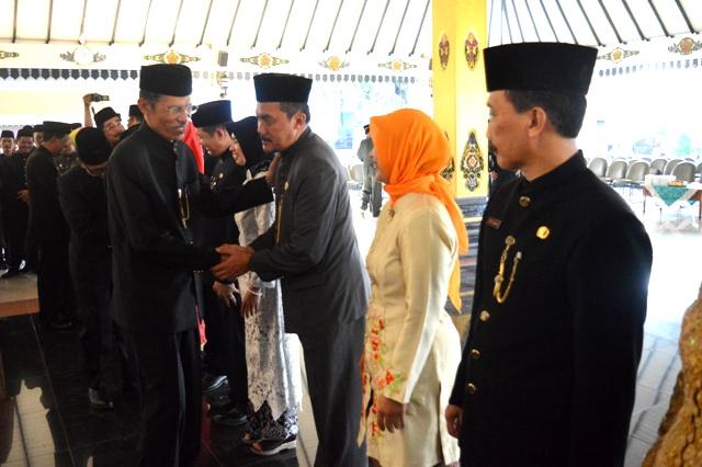 Bupati Magetan, Suprawoto, memberikan selamat kepada Kepala OPD yang baru dilantik. (Norik/Magetan Today)