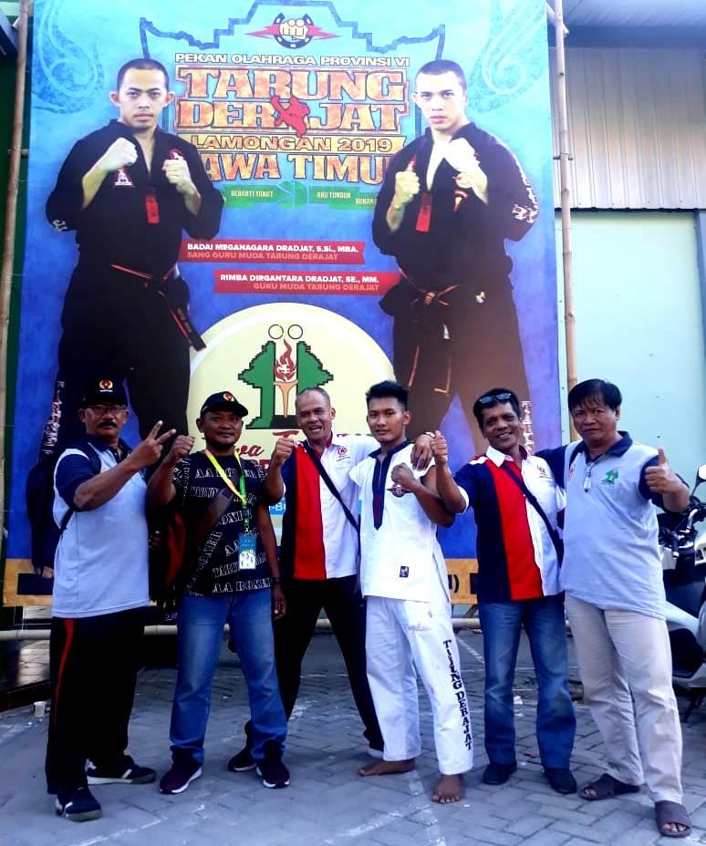 Petarung Tarung Derajat Magetan, Sandy Agustian Ade Pratama, Bersama Official Kabupaten Magetan. ( Ist For Magetan Today)