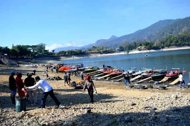 Relawan Kebersihan Membersihkan Sampah Di Obyek Wisata Telaga Sarangan. (Norik/Magetan Today)