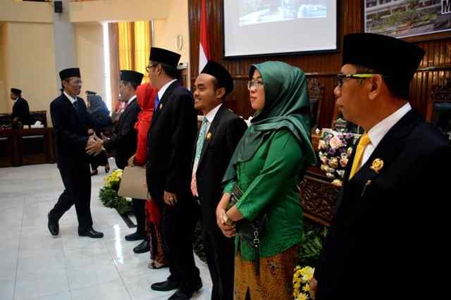 Bupati Suprawoto Memberikan Ucapan Selamat Kepada 4 Pimpinan Dewan. ( Norik/Magetan Today)