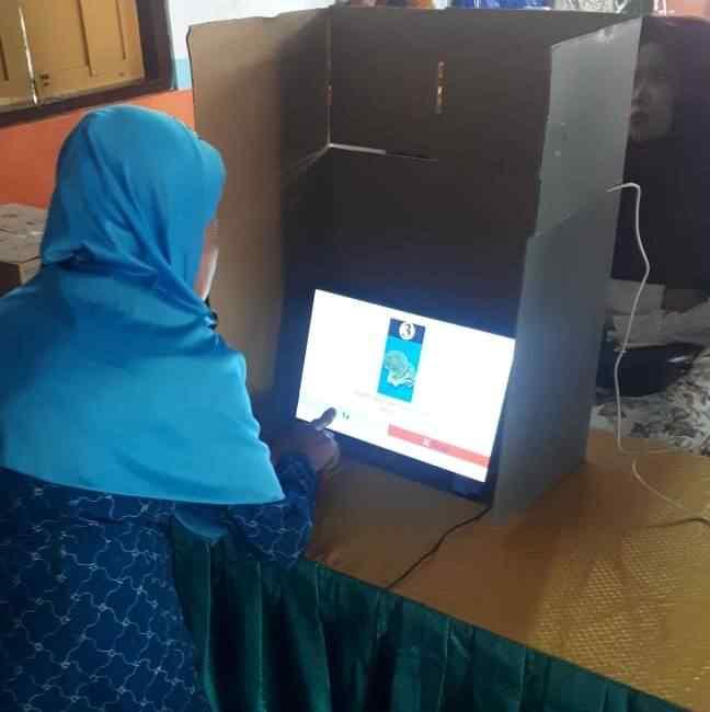 Warga Lansia Simulasi e-Voting. (Dok Magetan Today).