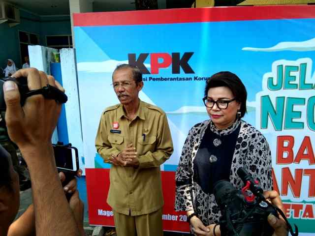 Bupati Magetan, Suprawoto bersama Pimpinan KPK, Basaria Panjaitan memberikan Keterangan Pers. (Norik/Magetan Today)