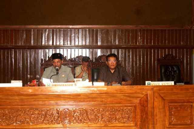 Ketua Dewan  Sementara, Suyatno, Memimpin Pengumuman Capim DPRD Magetan Periode 2019-2024. (Norik/Magetan Today).