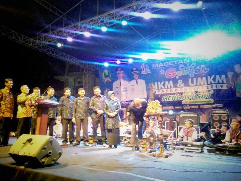 Bupati Magetan, Suprawoto, Membuka Pasar Rakyat Magetan. ( Norik/Magetan Today)