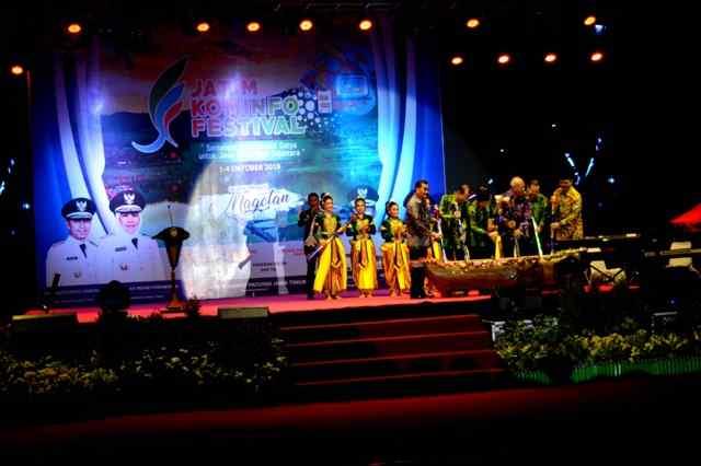 Wagub Jatim, Emil Dardak Bersama Bupati Magetan, Suprawoto, serta sejumlah pejabat Pemprov jatim, membuka Jatim Kominfo Festival 2019.
