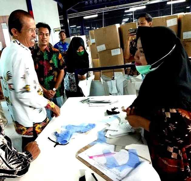 Bupati Magetan, Suprawoto, Ketika Mengunjungi pabrik pakaian dalam di Kecamatan Barat, Kabupaten Magetan,(11/1). (Dokumen Magetan Today).