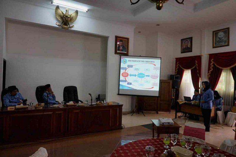 Kepala DPM-PTSP Kabupaten Magetan, Sunarti Condrowati, Memaparkan Inovasi Teken Elektronik Kepada Bupati dan Jajaran Pimpinan Daerah serta Pelaku Usaha. (Norik/Magetan Today)