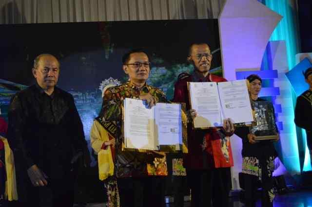 Bupati Magetan, Suprawoto dan Asep Dedi Mulyadi, Administratur KPH Lawu DS, Tunjukan MoU Pemanfaan Hutan Lawu. (  Norik/Magetan Today)