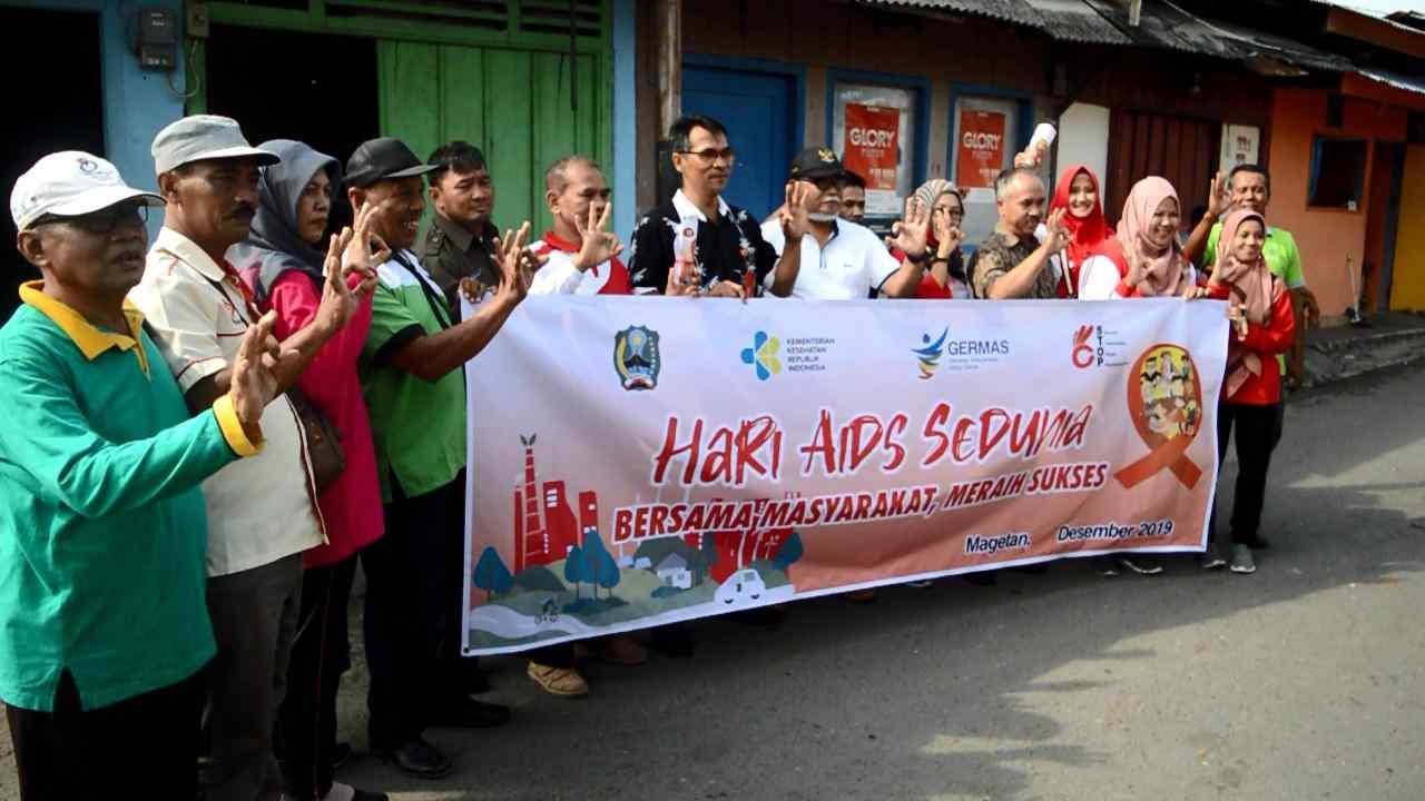 Sosialisasi Bahaya Virus HIV Dinas Kesehatan Kabupaten Magetan dan Sejumlah Lembaga Pemerhati Penyakit AIDS di Area Pasar Penampungan Magetan. ( Norik/Magetan).