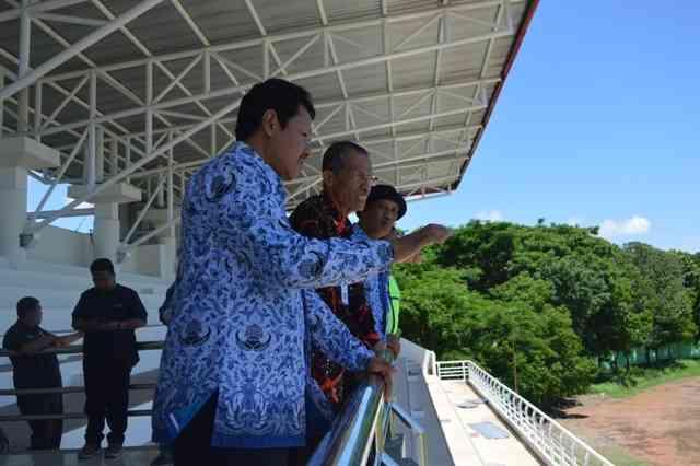 Bupati Magetan, Suprawoto, Melihat Langsung Stadion Yosonegoro Bersama Kepala Dinas Dikpora Kabupaten Magetan, Suwata, dan Kepala Dinas PUPR Kabupaten Magetan, Hergunadi. (Norik/Magetan Today)