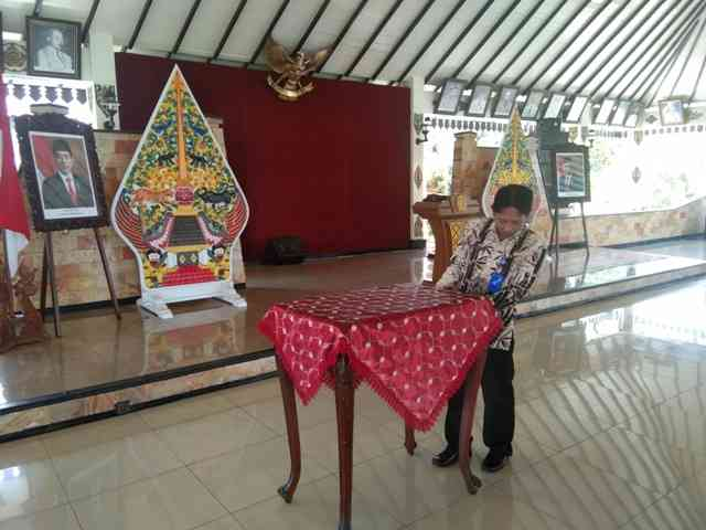 Pegawai Lingkup Pemkab Magetan Menyiapkan Sarana Prasarana ( Sarpras) di Pendopo Surya Graha, Magetan. ( Norik/Magetan Today)