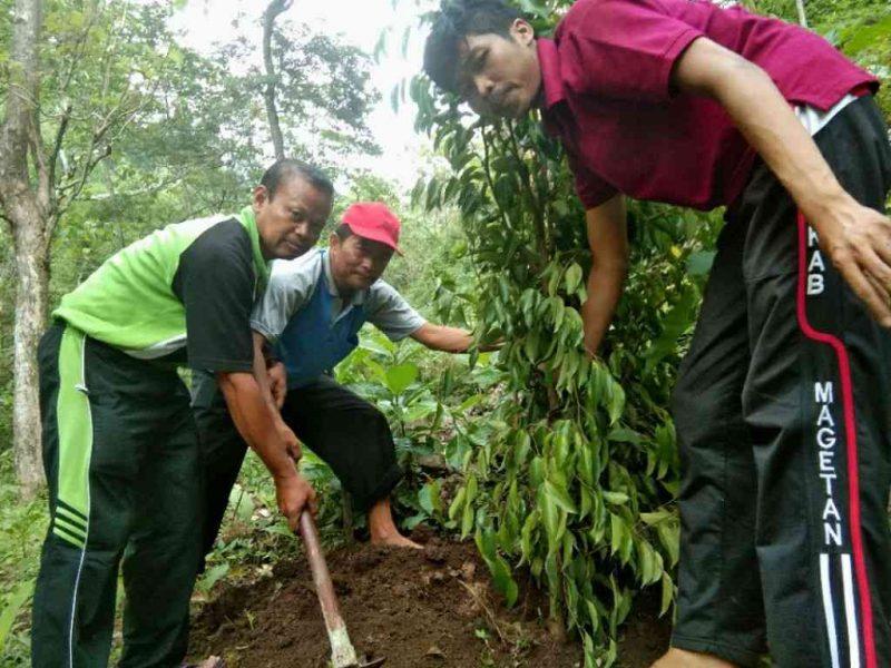 Sekdin Dukcapil Kabupaten Magetan, Aris Purnawirawan Ikut Menanam Pohon Dilereng Gunung Blego Bersama Pemdes Trosono, Kecamatan Parang. ( Norik/ Magetan Today)
