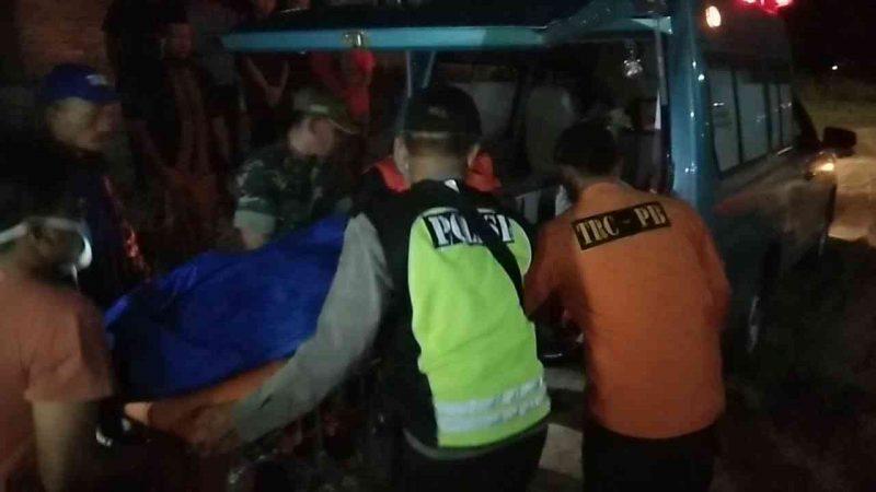 Jenasah Samingun Dievakuasi dan Dibawa Ke Kamar Jenasah RSUD Dokter Sayidiman Kabupaten Magetan. ( Norik/Magetan Today)