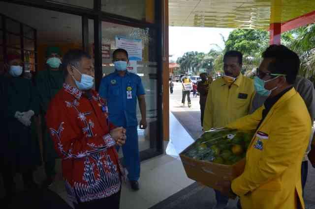 Ketua DPD Partai Golkar Magetan,Suratman, Menyerahkan Buah Jeruk Kepada Direktur RSUD Dokter Sayidiman, dr. Catur Widayat. ( Norik/Magetan Today)