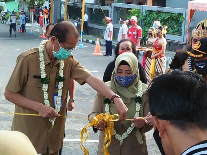 Bupati dan Wakil Bupati Magetan Memotong pita dipintu Masuk Obyek Wisata Telaga Sarangan. ( Norik/Magetan Today)