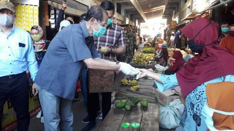 Bupati Magetan Suprawoto Bagikan Masker Kepada Pedagang Pasar Sayur Plaosan. ( Istimewa).