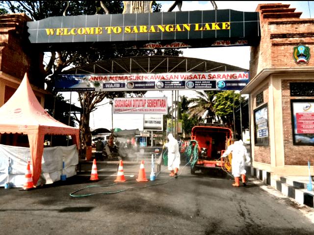 Tim Gugus Tugas Covid-19 Kabupaten Magetan Melakukan Penyemprotan Dipintu Masuk Obyek Wisata Telaga Sarangan. ( Istimewa)