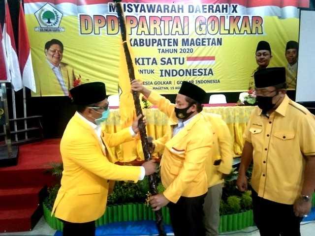 Ketua DPD Partai Golkar Provinsi Jawa Timur Muhammad Sarmuji menyerahkan Pataka Kepada Suratman, Ketua DPD Partai Golkar Kabupaten Magetan terpilih . ( Norik/Magetan Today)