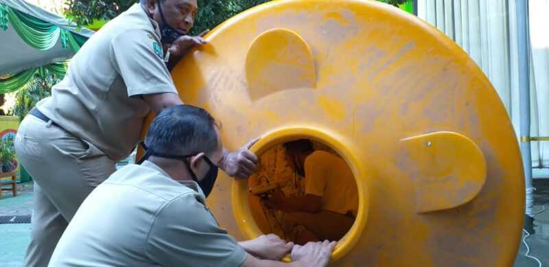 Petugas Memperbaiki Tandon Air Yang Bocor Untuk Cuci Tangan Peserta SKB. ( Istimewa).
