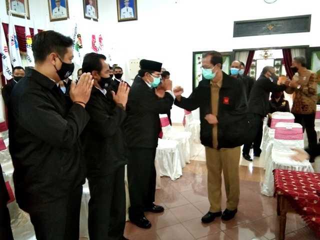 Bupati Magetan Suprawoto Memberikan Selamat Kepada Ketum KONI Magetan, Bambang Trianto. (Norik/Magetan Today)