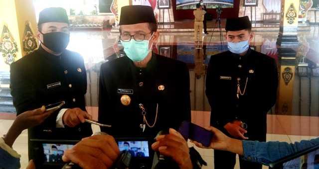 Bupati Magetan Suprawoto Ketika Memberikan Keterangan Kepada Awak Media Di Pendopo Surya Graha Magetan. ( Norik/Magetan Today)
