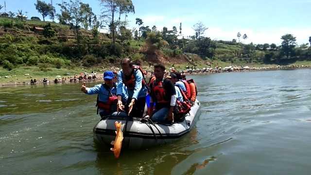 Bupati Suprawoto Didampingi Kepala Disparbud Kabupaten Magetan Venly Tomi Nicolas Melepas Ikan Ditelaga Wahyu. ( Dokumen Magetan Today).