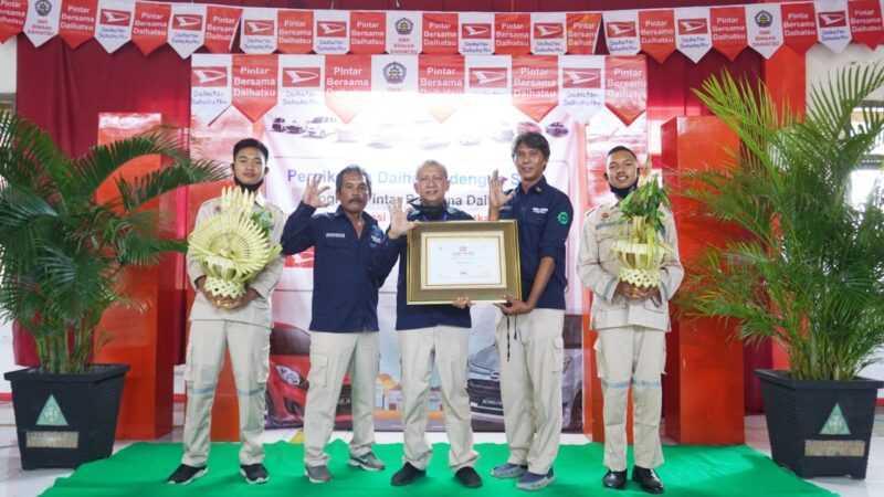 Kepsek SMKN 1 Bendo, Eko Suprajitno bersama Guru dan Siswa Menunjukan Piagam Penghargaan Akreditasi Pintar Bersama Daihatsu.  ( Istimewa)