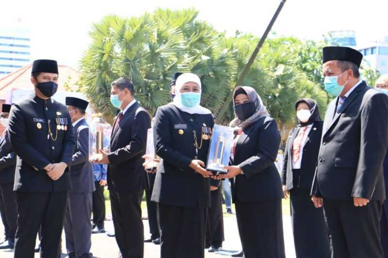 Wabup Magetan Nanik Endang Rusminiarti Menerima Penghargaan Destana Award Dari Gubenur Jawa Timur Khofifah Indar Parawansa. (Istimewa).