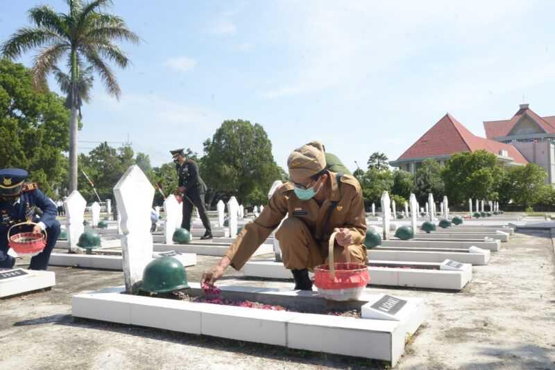 Bupati Magetan Suprawoto Ziarah Di Makam Taman Pahlawan (TMP) Magetan. ( Istimewa).