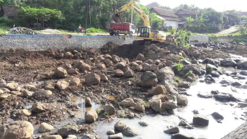 Normalisasi Dam Sadon Dinas PUPR Kabupaten Magetan. ( Istimewa).