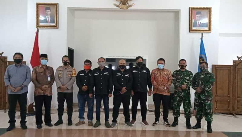 Pengurus PWI Magetan bersama Ketua PWI Jawa Timur, Sekda Magetan, Ketua DPRD Magetan, Kapolres Magetan serta Perwakilan Komandan Kodim 0804 Magetan. ( Istimewa).