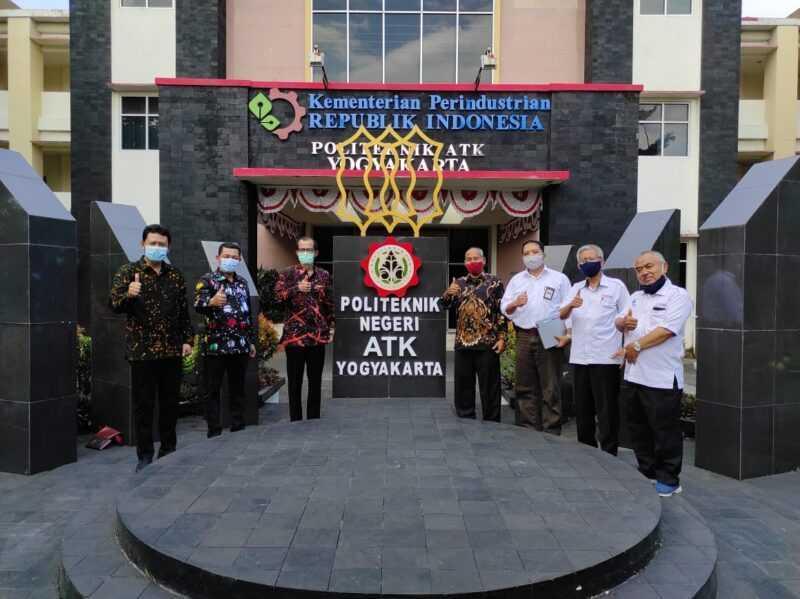 Bupati Magetan Suprawoto, Kadin Dikpora Suwata, Kepala Disperindag Sucipto bersama Direktur ATK Yogyakarta Sugiyanto. ( Istimewa).