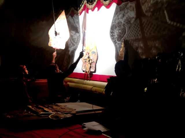 Penampilan Dalang Putut Puji Agusseno membawakan lakon Romo Tambak. ( Norik/Magetan Today)