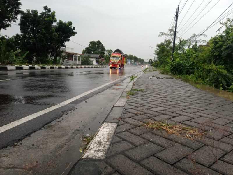 Trotoar Twinroad Maospati-Sukomoro Tidak Ada Jalur Pemandu Disabilitas. ( Norik/Magetan Today).