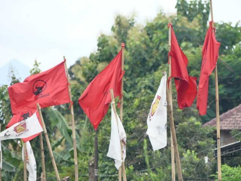 Bendera - Bendera Parpol Terpasang Disejumlah Lokasi Di Magetan. (Rifki/MagetanToday).