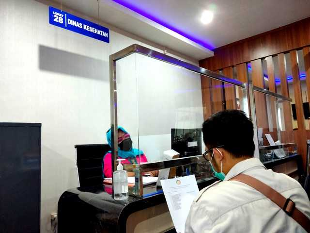 Petugas Dinas Kesehatan Melayani Masyarakat Di MPP Magetan. ( Norik/MagetanToday).