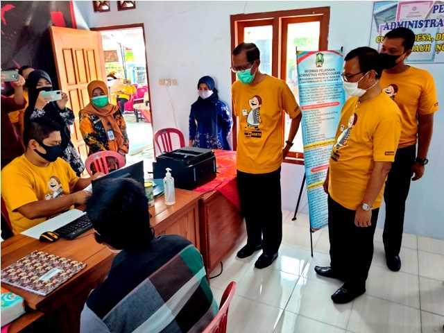 Bupati Suprawoto Bersama Kepala Dinas Dukcapil Magetan, Hermawan, Melihat Langsung Layanan Adminduk Desa. ( Norik/MagetanToday).
