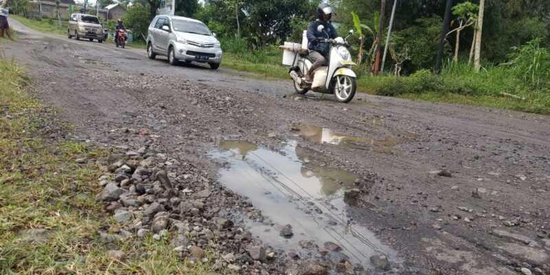 Kondisi Jalan Rusak Jalan Raya Lembeyan - Kawedanan.( Rifqi/MagetanToday)