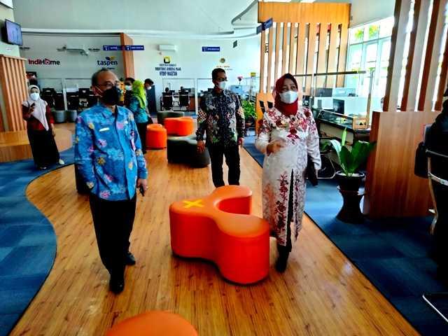 Kepala DPMPTSP Magetan, Sunarti Condrowati Menjelaskan MPP Magetan Kepada Anom Surahno, Pj Sekda Kota Pasuruan. (Norik/MagetanToday).