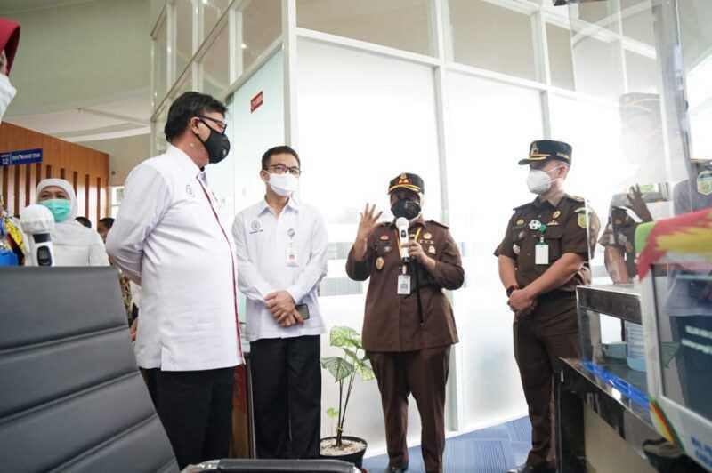 Didampingi Kasi Intel, Antonius, Kajari Magetan, Ely Rahmawati, memberikan paparan kepada Menpan-RB, Tjahjo Kumolo,  terkait Inovasi SRINTIL dan ARTIS.
